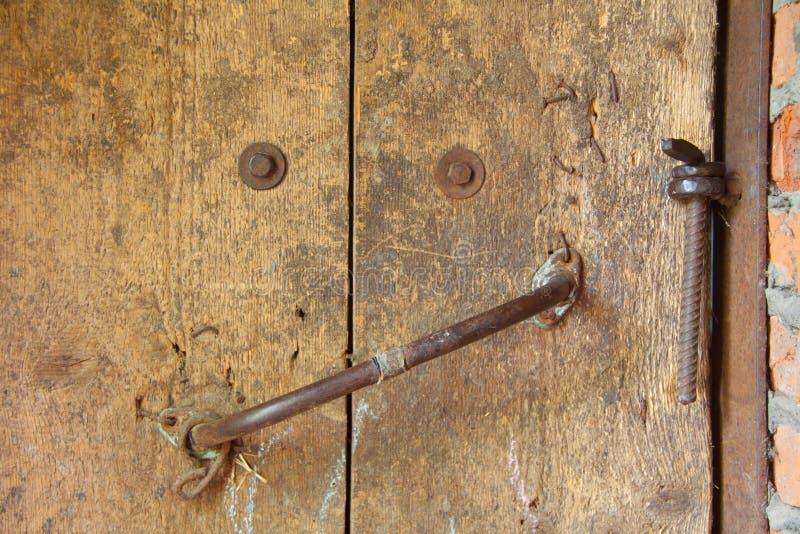 Gammal trädörr med handtaget och låset arkivfoton