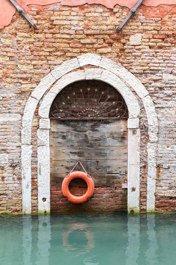Gammal trädörr med lifebelten i Venice& x28; Italy& x29; royaltyfri fotografi