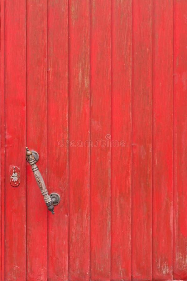 Gammal trädörr som målas i röd målarfärg royaltyfria bilder