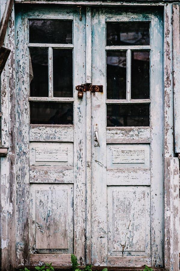 Gammal trädörr som stängs på låset bryta värme som looks måla sträckning för skalning s Stängt på hin arkivbilder