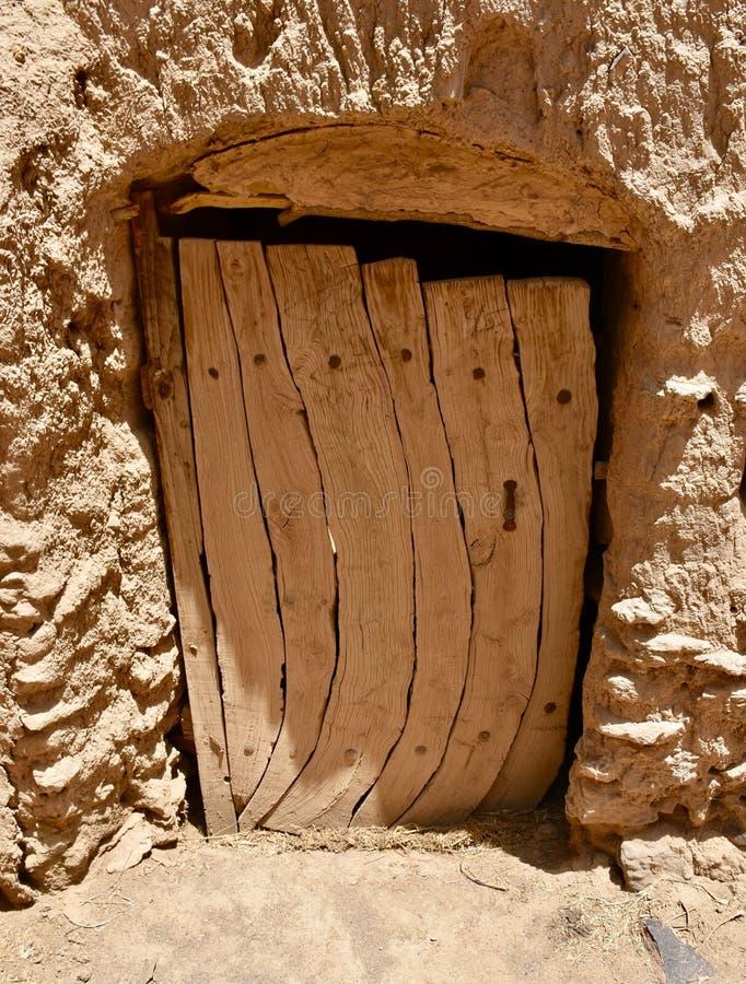 Gammal tr?d?rr till gyttjategelstenhuset i Sudan royaltyfri bild
