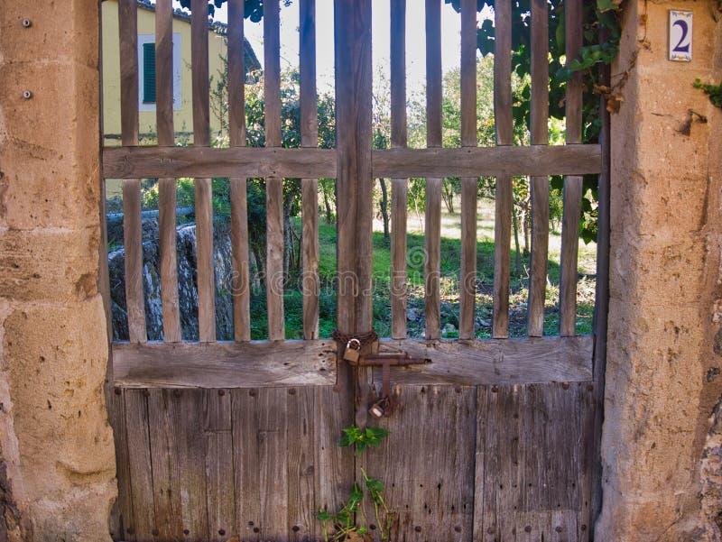 Gammal trädörringång i gulligt gammalt hus arkivbilder