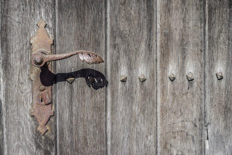 Gammal trädörrnärbild, rostigt lås, begrepp, bakgrund royaltyfri foto