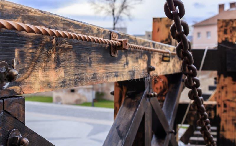 Gammal träfästningbro med kedjor arkivbilder