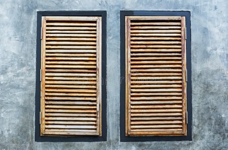 Gammal träfönsterram för konst som isoleras i vit tr?gammalt f?nster royaltyfria foton