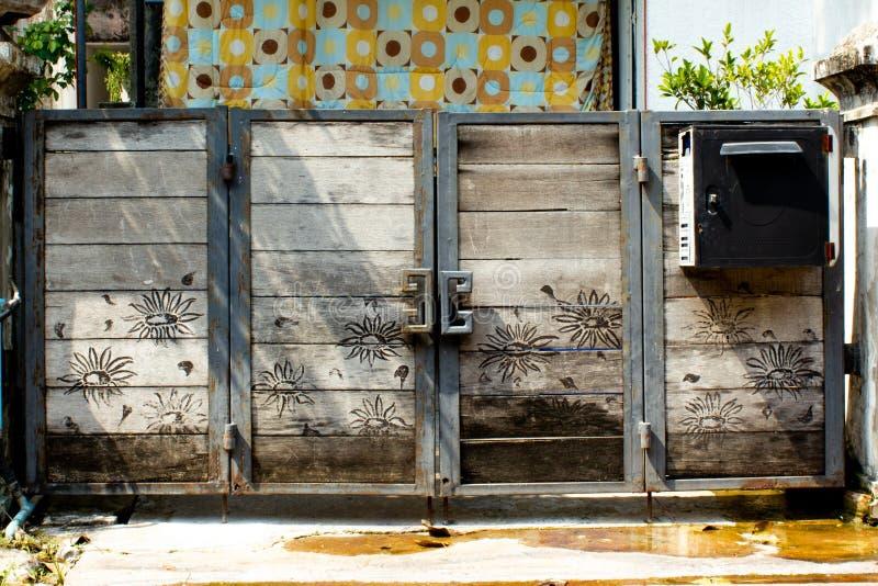 Gammal träför dörr stålram in arkivbild