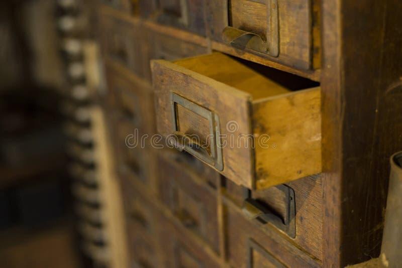 Gammal trägarderob med små enheter för att lagra bokstäver, retro-säker tappning, handgjord kortkort-garderob för exklusivt 19th  royaltyfria bilder