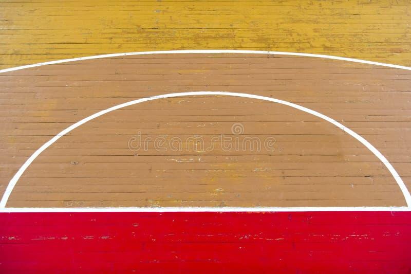 Gammal trägolvvolleyboll, basket, badmintondomstol med trägolvet för ljus effekt av sportkorridoren med markeringslinjer fodrar p royaltyfria bilder