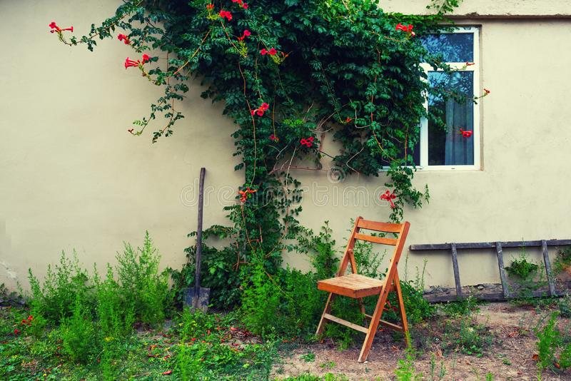 Gammal trähopfällbar stol i uteplatsen arkivbilder
