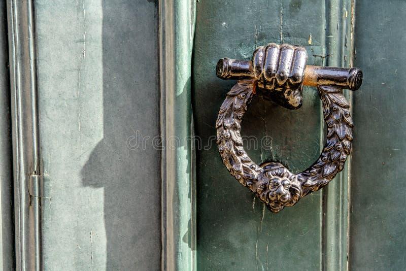 Gammal träingångsdörr med det antika dörrhandtaget fotografering för bildbyråer