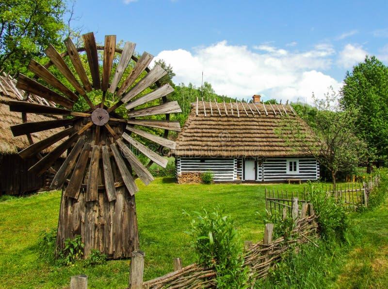 Gammal träkoja i museum Sanok för öppen luft royaltyfria bilder
