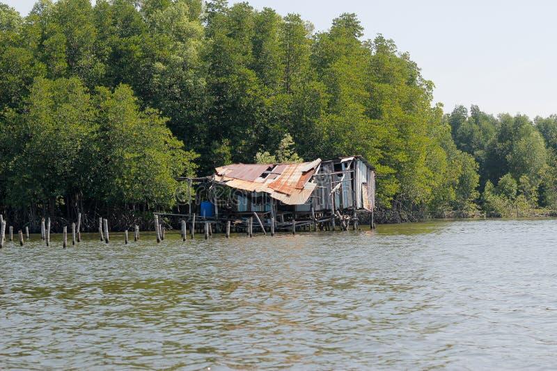 Gammal träkoja på ett hav i Thailand arkivbild