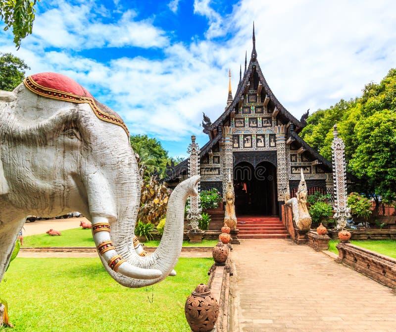 Gammal träkyrka på Wat Lok Molee royaltyfria foton
