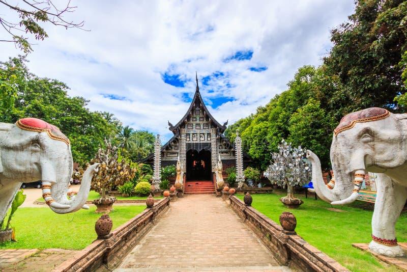 Gammal träkyrka på Wat Lok Molee royaltyfri fotografi