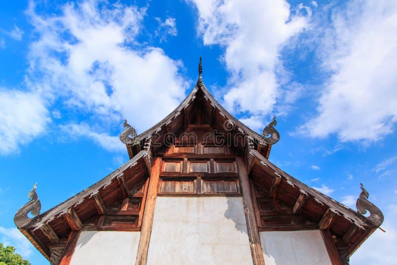 Gammal träkyrka på Wat Tonkain royaltyfri foto