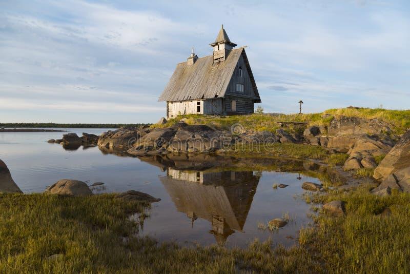 Gammal träkyrka som byggs för att filma på det vita havet, Rabocheostrovsk, Karelia, Ryssland fotografering för bildbyråer