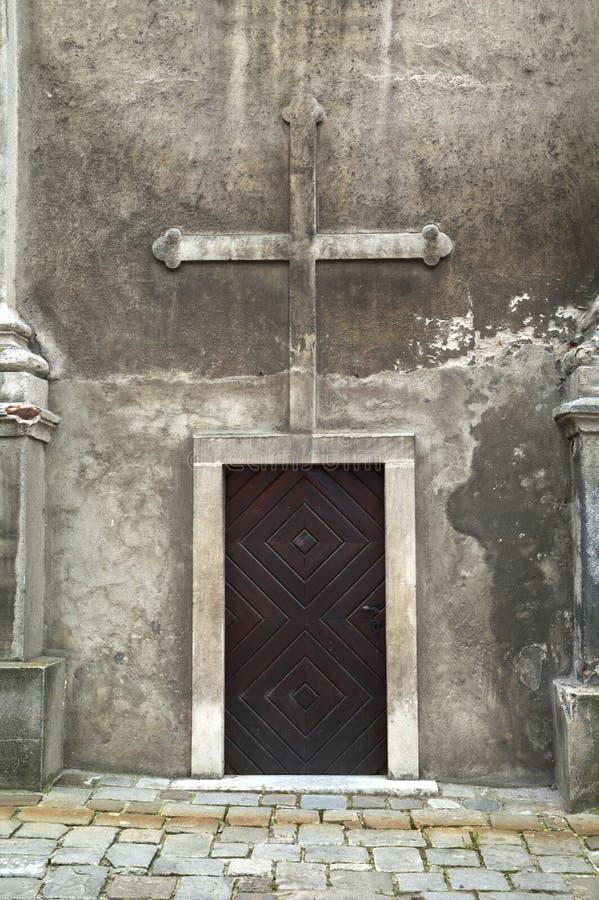Gammal träkyrklig dörr royaltyfri fotografi