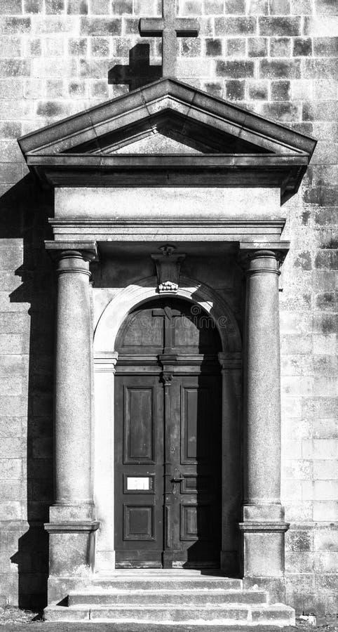Gammal träkyrklig dörr Ingång till Stet Peter och Paul Church i Tanvald, Tjeckien royaltyfria foton