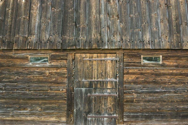 Gammal träladugård med dörren och fönster Lantlig design för tappning arkivbilder