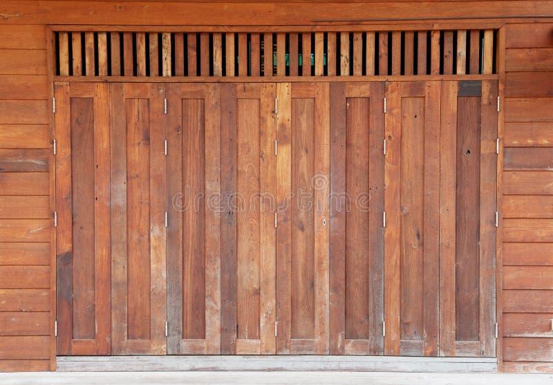 Gammal träladugårddörr arkivfoto