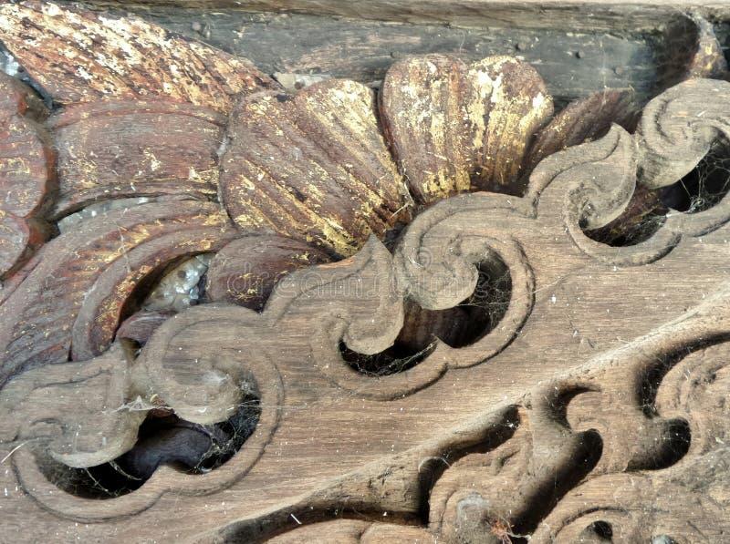Gammal träskulptur i antikt lager för tempel royaltyfri fotografi