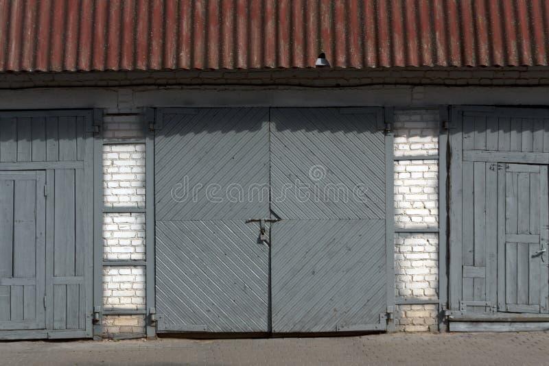 Gammal trästängd garagedörr arkivfoto