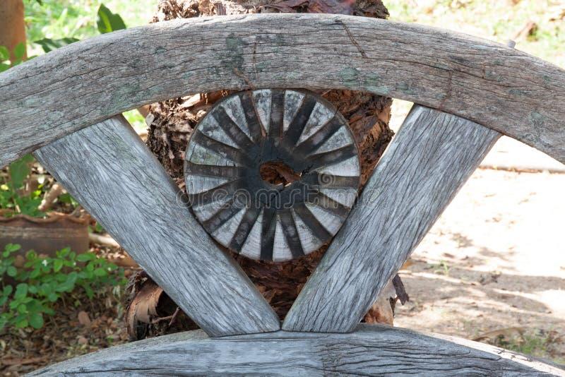 Gammal trästolbackrest i trädgård royaltyfri fotografi