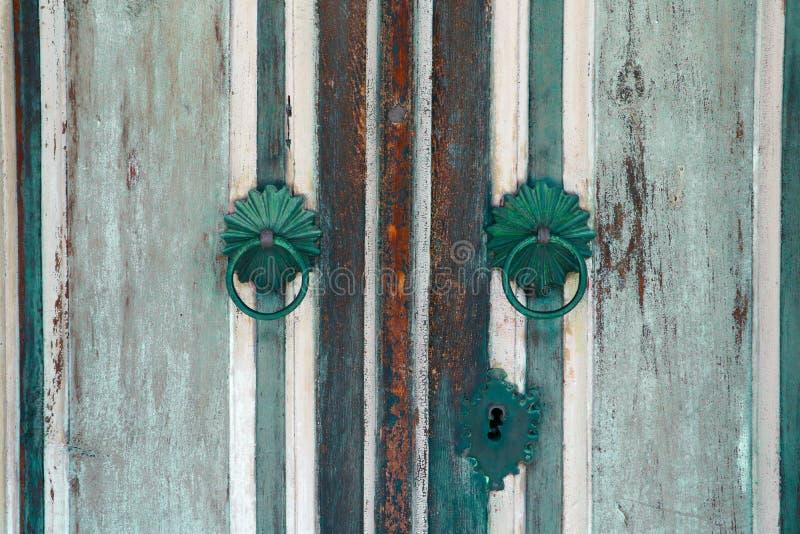 Gammal trätappningdörr, garnering för metalldörrhandtag antikvitet e royaltyfri bild