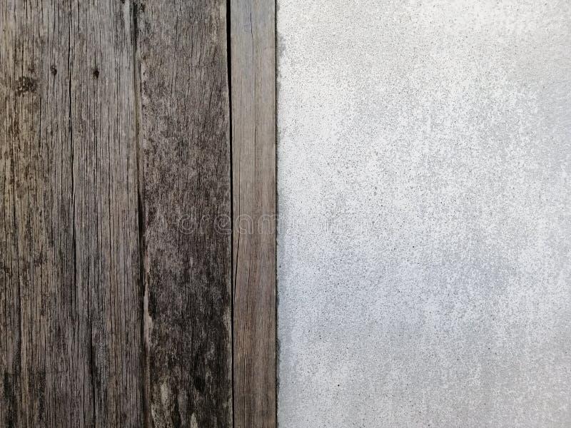 Gammal trätextur med vit konkret texturbakgrund som används för att förlägga banret på betongväggen arkivfoto