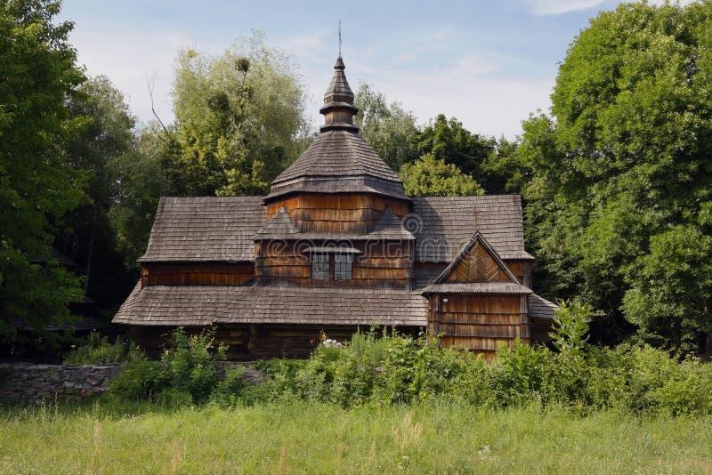Gammal tr?ortodox kyrka Ukrainsk kyrka av århundradet för th 19 Sommarlandskap, solsken By Pirogovo arkivfoton