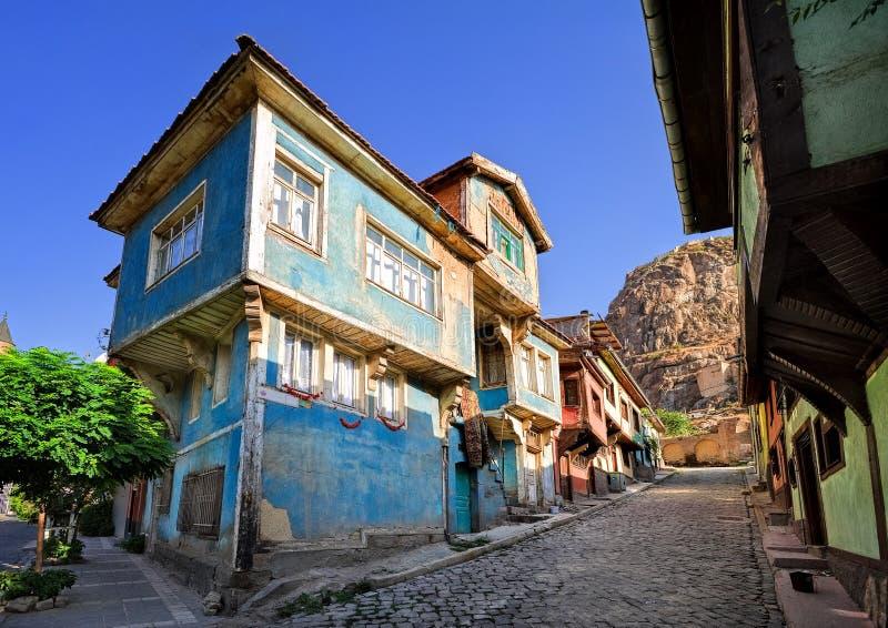 Gammal traditionell ottomanhusgata med den Karahisar slotten I royaltyfria foton