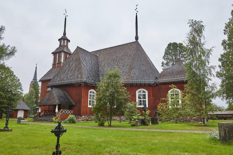 Gammal traditionell röd träkyrka av Keuruu Finland arv arkivbilder