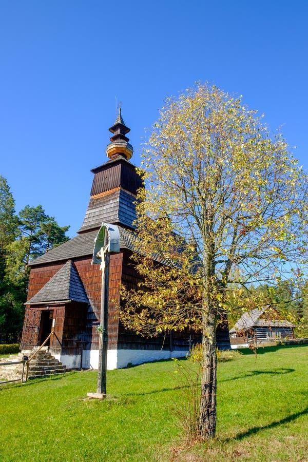Gammal traditionell slovakisk träkyrka i Stara Lubovna, Slovakien arkivbilder