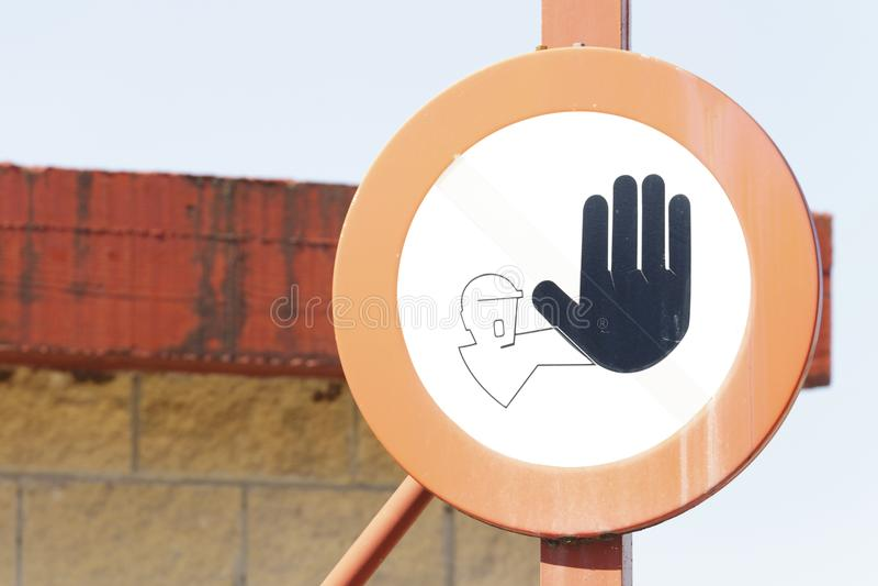 Gammal trafiksignal Privat egenskap på skeppsdockan arkivbilder