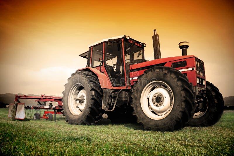 gammal traktor för fält royaltyfri fotografi