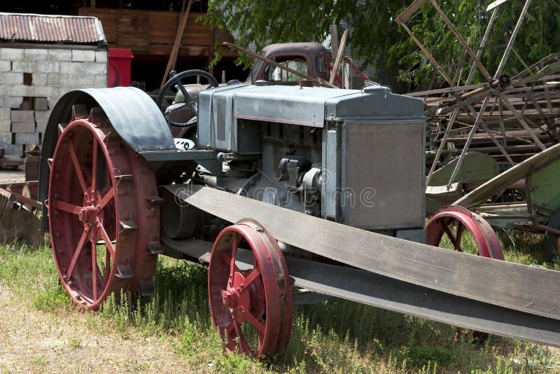 gammal traktor för lantgård arkivbilder