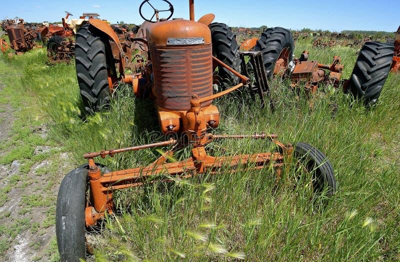 Gammal traktor för sned bollframdelfall arkivbild