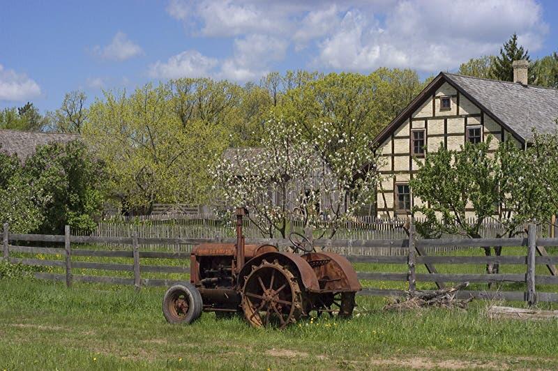 gammal traktortappning för lantgård arkivbilder