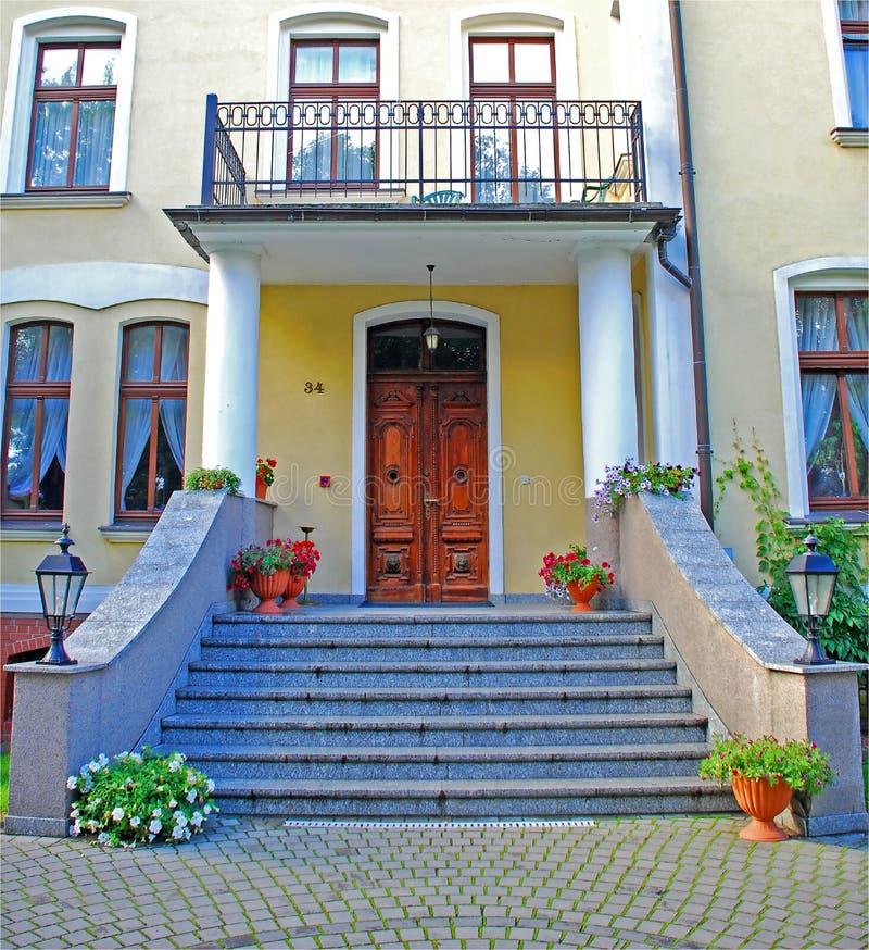 gammal trappa för dörrar royaltyfri foto
