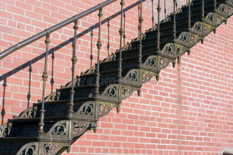 Download Gammal trappa för järn arkivfoto. Bild av rörelse, varning - 40770