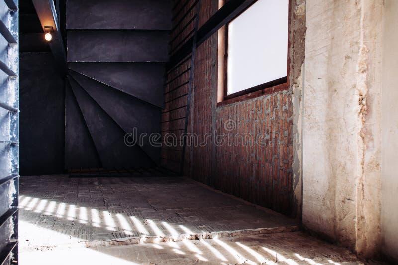 Gammal trappuppgång för industriell vind med konkret golv, svart metallH royaltyfria foton