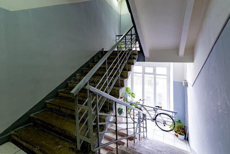 gammal trappuppgång i trappuppgången med träräcke- och smidesjärngaller arkivfoton