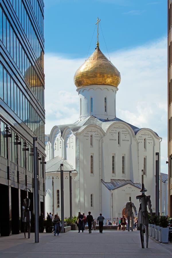 Gammal troendekyrka av St Nicholas Wonderworkeren och buildinen royaltyfria bilder