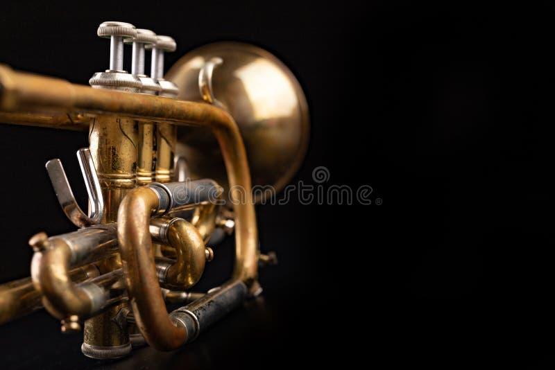 Gammal trumpet på en mörk trätabell Blåsinstrument i den gamla stilen fotografering för bildbyråer