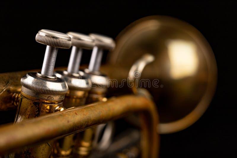 Gammal trumpet p? en m?rk tr?tabell Bl?sinstrument i den gamla stilen royaltyfri foto