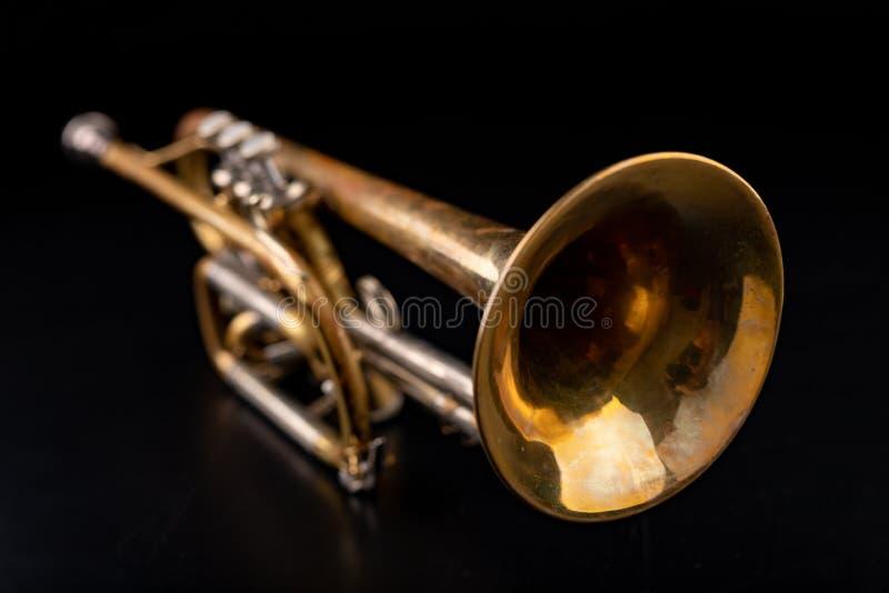Gammal trumpet p? en m?rk tr?tabell Bl?sinstrument i den gamla stilen royaltyfri fotografi