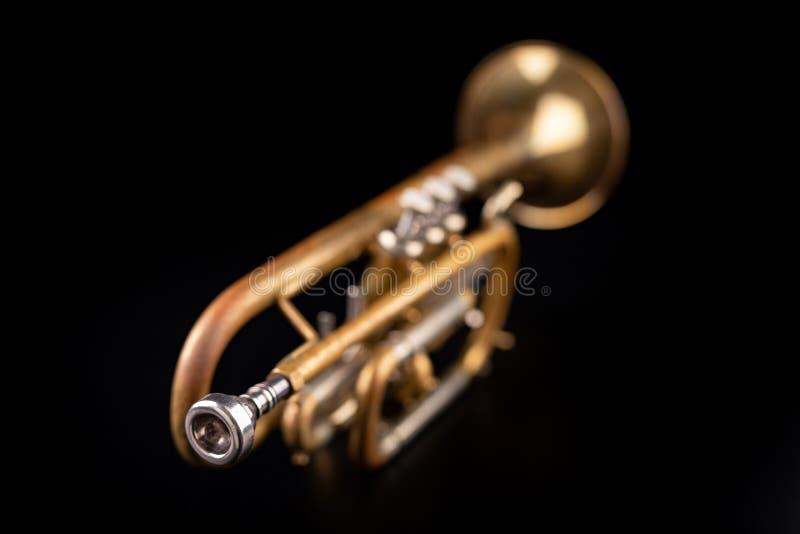 Gammal trumpet p? en m?rk tr?tabell Bl?sinstrument i den gamla stilen arkivfoto