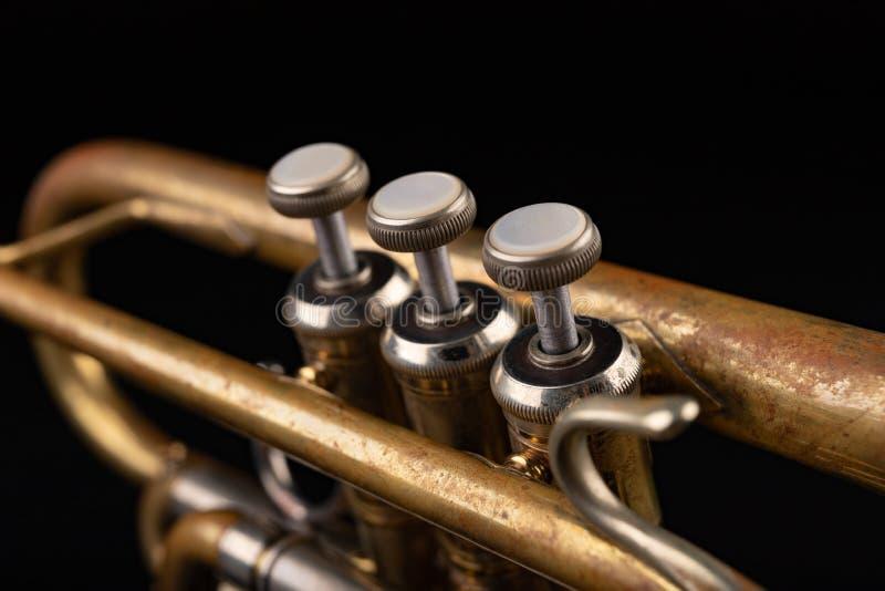 Gammal trumpet p? en m?rk tr?tabell Bl?sinstrument i den gamla stilen royaltyfri bild