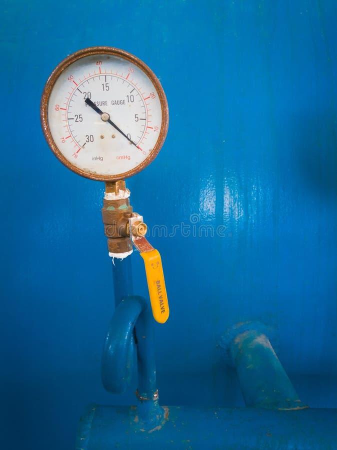 Gammal tryckmätaremeter royaltyfri foto