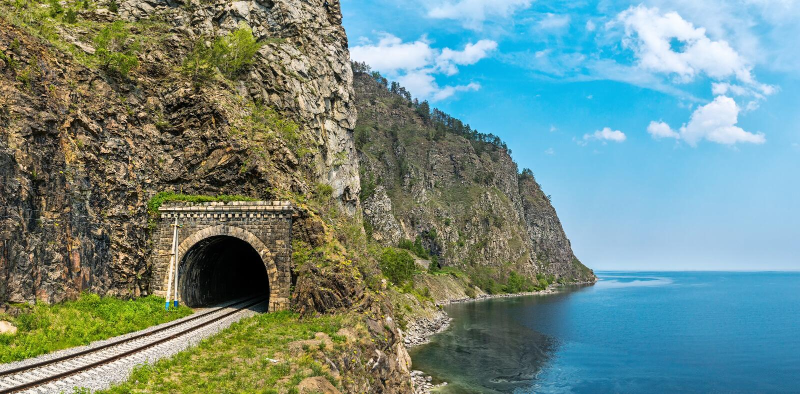 Gammal tunnel på denBaikal järnvägen fotografering för bildbyråer